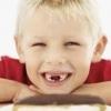 Як і коли у дітей випадають молочні зуби?