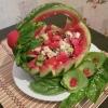 Літній салат в кавунової кошику