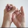 Німіє палець правої руки: причини і наслідки