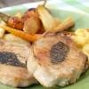Свинячі відбивні з запеченими овочами та яблучним соусом