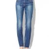 Жіночі прямі джинси - класичний елемент гардероба